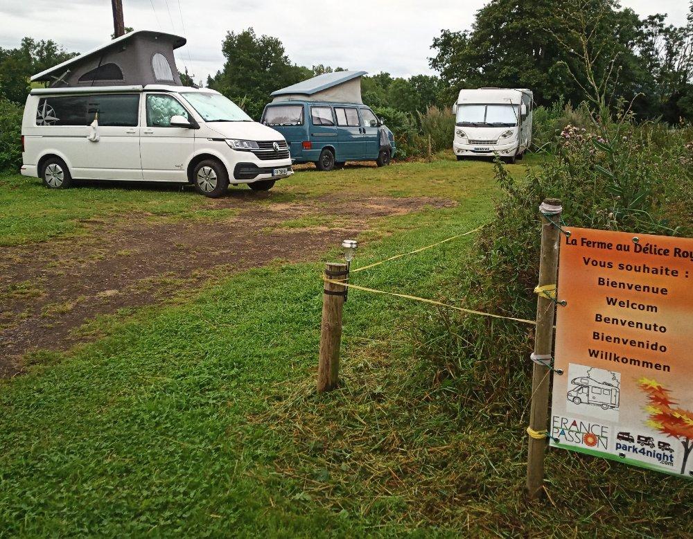 Aire camping-car à Cisternes-la-Forêt (63740) - Photo 4